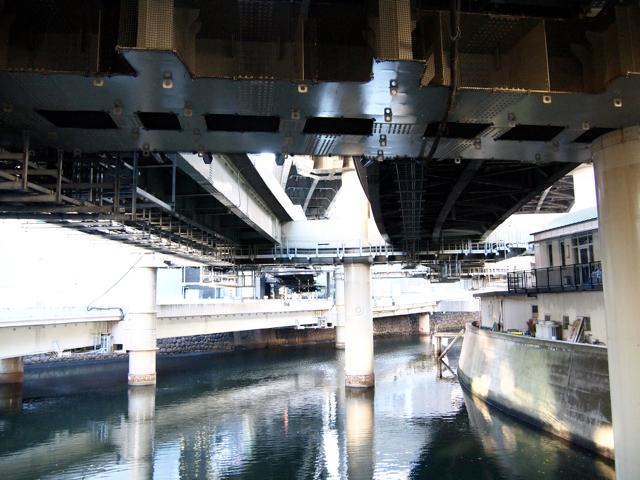 補修が終わっても補修中っぽい、日本橋川上の苦労ゾーン。