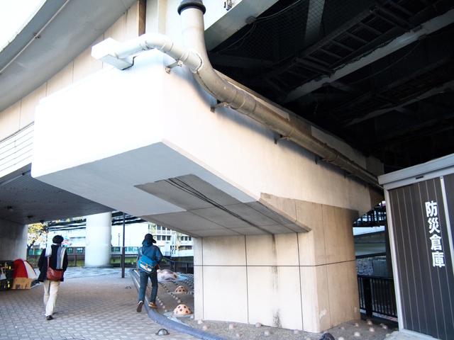 白地に薄ベージュのモンドリアン橋脚。
