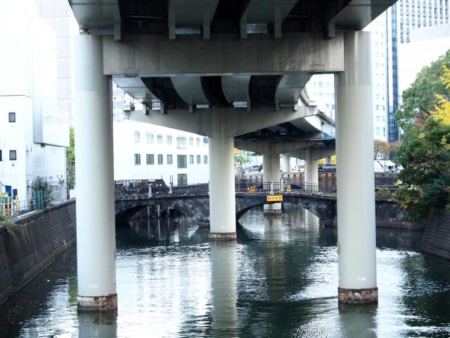 135年目の石造の常磐橋と、50年目の首都高。歩道橋だった常磐橋は最近ついに通行止めになって補修されるらしい。あと50年したら、首都高はどうなっているんだろう。
