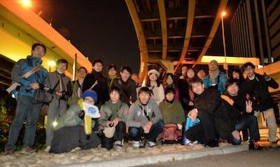 2012年12月1日18:00、すっかり補修も終わった同じ場所で。なにが変わったって、一緒に歩くひとが20人もいるところがいちばん変わったとおもう。