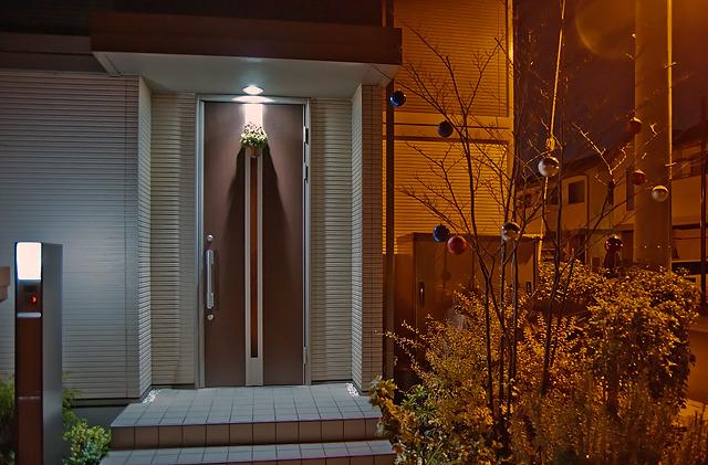 既存の玄関照明を利用したドアアイテム+植え込みに電飾ではないモチーフを飾り付け。大人である。