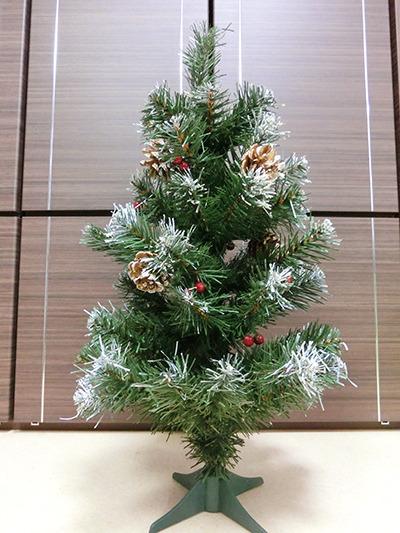 緑のツリーに赤い実と金色に塗られた松ぼっくり。鉄板のクリスマスカラー…だけど、このままではちょっと寂しい。