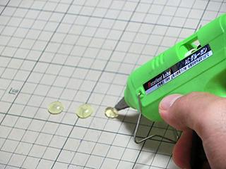 ホットボンドを絞り出して、樹脂の玉を作って
