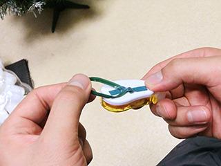 輪っかにした針金をテープで留めるだけ。