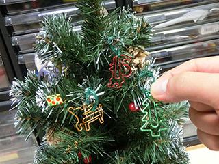 クリスマスなクリップも枝に引っかけていく。