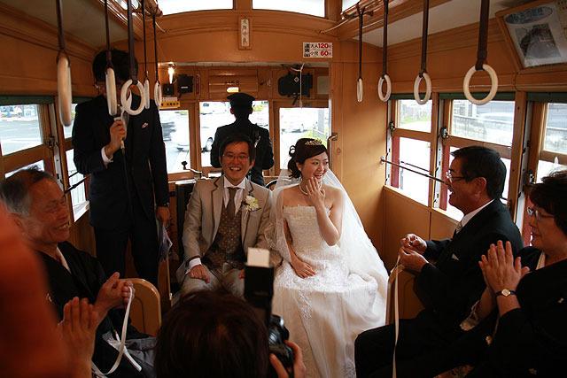 鉄道好きが高じて結婚式を電車の中で挙げてしまいまし