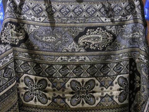 これが今回ゲットしたペイズリー。大きな柄がオオサンショウウオのようだ。生命力とカーテンっぽさを兼ね備えたペイズリー。