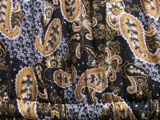 ズボン(ワンピース)はギザギザのペイズリー。よく見ると頭がおかしくなってくる。