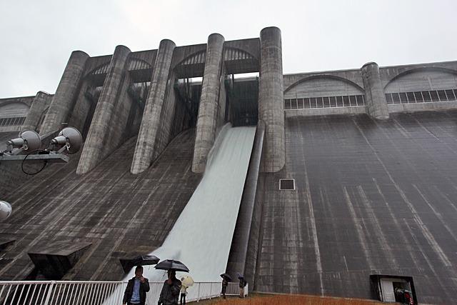 今後いつ見られるか分からない、てっぺんの水門からの放流を、そのために全国から集まったダム好きが見るのを諦めて屋根のあるところに避難する、というくらいの嵐
