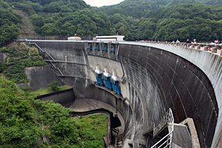 琵琶湖から大阪湾に流れる淀川の中流を塞き止める天ヶ瀬ダム