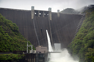 ノミネート2は神奈川県の宮ヶ瀬ダム。ゴールデンウィークを襲った台風並みの低気圧の影響で大雨になり洪水調節中