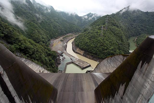 数々の過酷な放流を行ってきた池原ダムの洪水吐