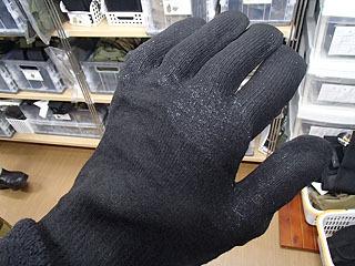 完全防水の手袋。豪雪地帯で自衛隊が雪かきをする際などに使われているそうです。