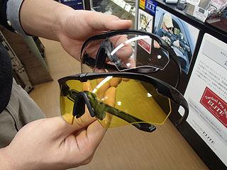 ランニング用のサングラスのように軽く頭にフィットするが強度は軍用。