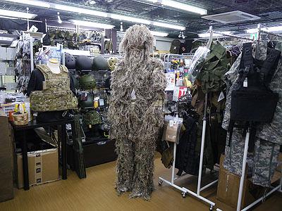 伝説怪獣ウー、ではなくカモフラージュ用のギリースーツを試着。雪山用とかブッシュ用とか各種揃っています。結構暖かかったです。