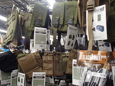 軍用のバッグや小物入れ各種。収納や持ち運びに便利。