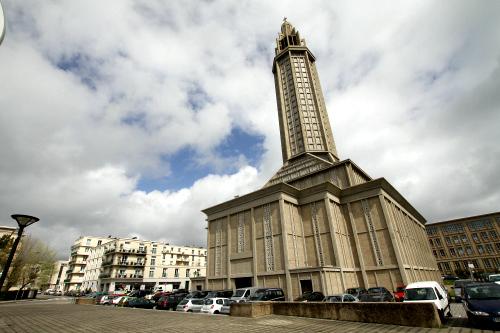 この高い塔を持つ建物は、サン・ジョゼフ教会だ