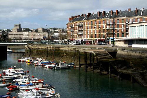 運河を渡った先の島は、少し昔風なデザインの建物が多い
