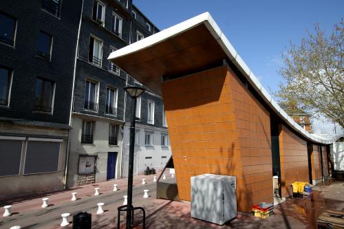 この建物は何だろう、公衆トイレ?と思ったら……