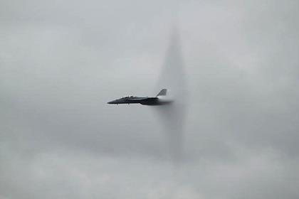 飛行機によるソニックブーム(イメージ)