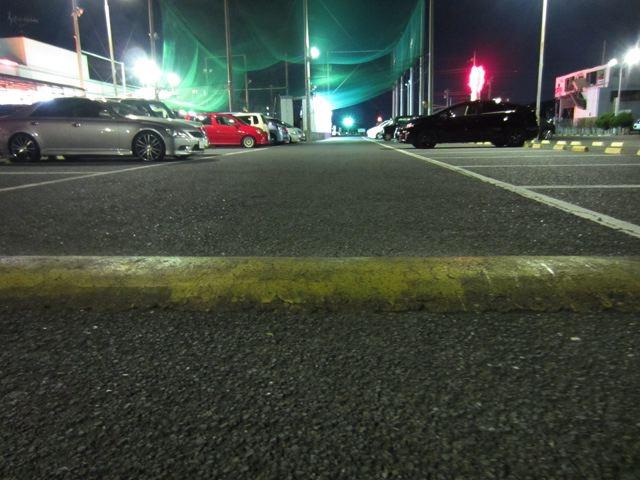 まず、駐車場。シャコタンの車が入れないように、でっぱりがあります。つまり、不良の溜まり場にならないように、という配慮で作られたものらしいですよ。でもこの2013年の世の中では、もう、不良の方自体が、ほぼいないと思いますが…。