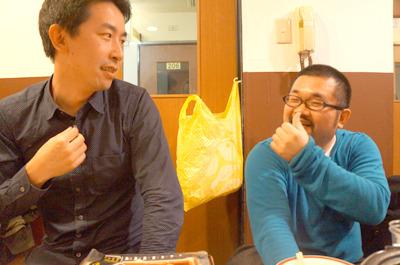 デイリーポータルと共同でコラボ案件を企画するNHNの谷口さん(左)は理想も現実も4倍。5倍のカルピスで生きてきた雑魚雑魚の平野さん(右)とにらみ合う