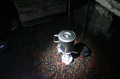 富士山でお湯を沸かしてカップ麺を食べようとしてるとこ。なかなか沸かないとツライ。