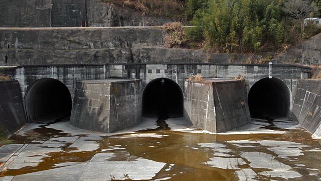 コンクリート、水路、トンネル、3本に分かれてる、水が流れていない、はい満貫確定