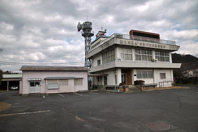 右が管理所、左は狩野川の資料館