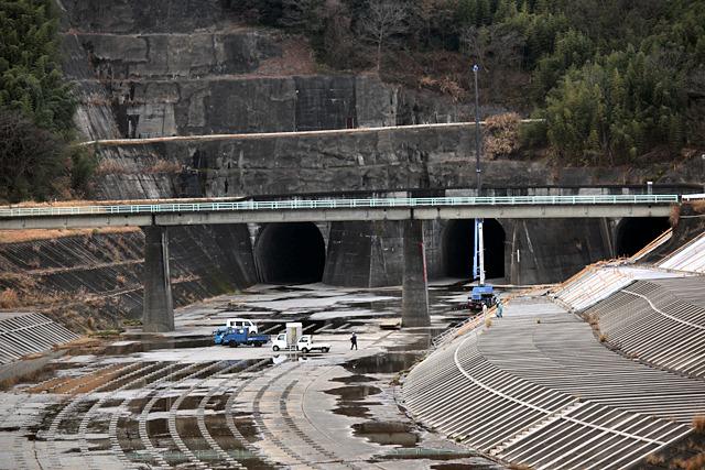 ちょうど工事が行われていて水路とトンネルの大きさが引き立つ