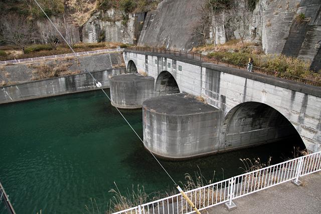 2つ目のトンネルの出口。もう水が海の色である
