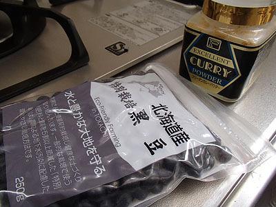 材料は黒豆、醤油、塩、砂糖、味噌。そしてカレー粉。