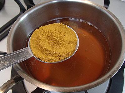 調味料を一度煮たてる。和風カレースープ。