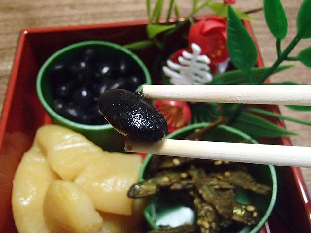 甘くない!カレー風味の煮豆だ!おだやかなカレー味に醤油や味噌の風味。これならご飯の上に沢山かけて食べたい。おせちだけどカレーだね!