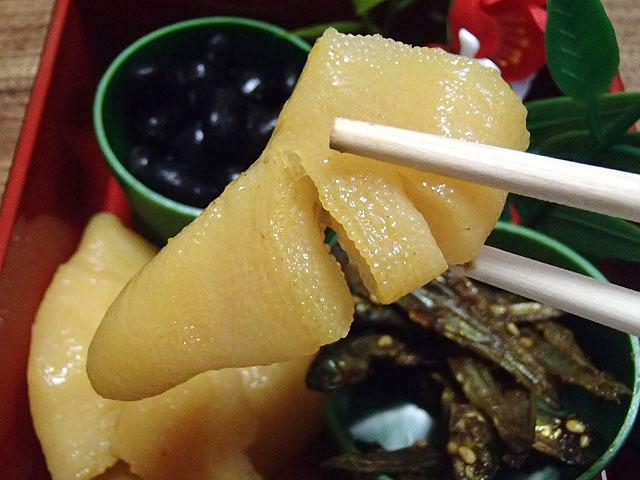 カレー味だ!和風カレー味の数の子だ!コリコリとした魚卵の歯ごたえにダシのきいたカレー味。これも酒の肴にいいぞ!おせちだけどカレーだね!