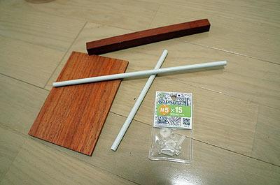 材料は、木材とパイプ、プラスチック製のネジ