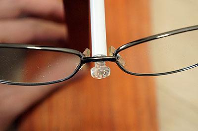 先端をネジにすることでメガネが滑ってずれないようにするのだ