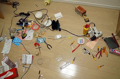 作業が煮詰まってくると部屋が散らかるタイプです。