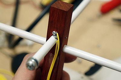 スタンドのシーソー部分をスイッチに。メガネの重みで棒が動いて、ネジが接触すると通電します