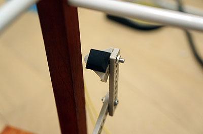 反対の先にはゴム足。指紋を押したときに裏側からも抑えることによって、軽量メガネでも吹っ飛ばない安心設計