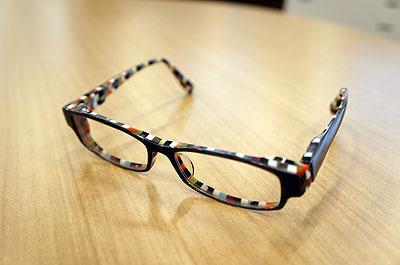 愛用のメガネ。初見の人になぜか「おまえは葬式にもそれで行くのか!?」と詰め寄られたことがある。