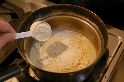 手順1:ビール酵母と寒天を煮る