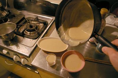 手順4 容器に移して冷まして固める。