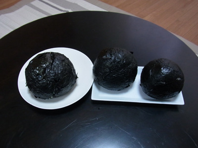 オークラ爆弾は米の密着度が低く、饅頭型にゆがんでしまう