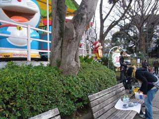 子供遊園地の前で食べることに。(向かいは動物園出口)