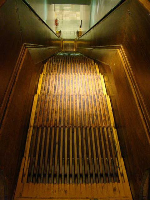 もう何度も紹介しているが、ニューヨークのデパート、メイシーズにある木製エスカレーターである。何度みても、いいものはいい。