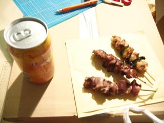 焼き鳥を食べ、