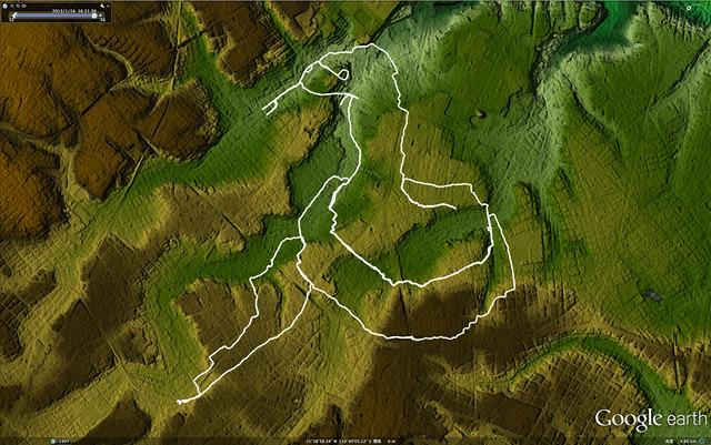 地形図に乗せてみると、谷と峰とを頻繁に横断している。こりゃ雪の日にはつらいよ。(GoogleEarthで「東京地形地図</a>」を表示したものをキャプチャ)