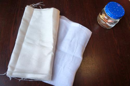 モノで見てみよう。木綿(左)、綿(右)そして並べるにしてもそしてどうしていいか分からず、瓶に水を充填したものを用意した、充填(奥)