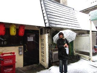 店の前で、放心しながら雪を見る。